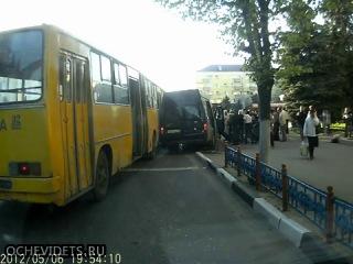 Посмотреть новости В Брянске столкнулись автобус и маршрутка.